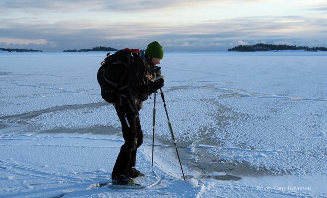 Retkiluistelija heikon jään äärellä Kuva: Tom Toivonen | Endorfiininmetsästäjä