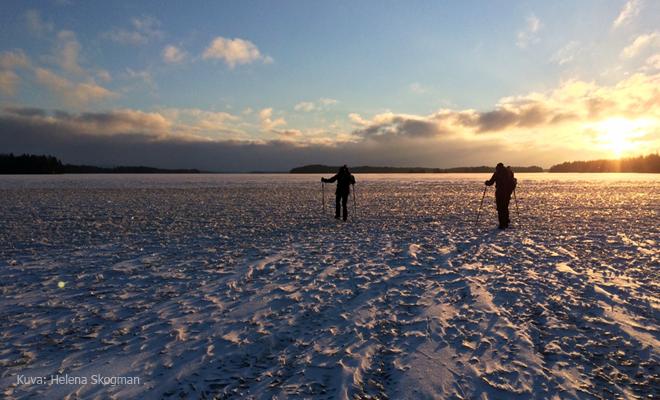 Retkiluistelijat jääpirunpellolla Kuva: Helena Skogman | Endorfiininmetsästäjä